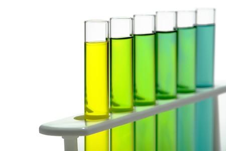 Reageerbuizen gevuld met vloeistof op een rek voor een experiment in een wetenschappelijk onderzoek lab