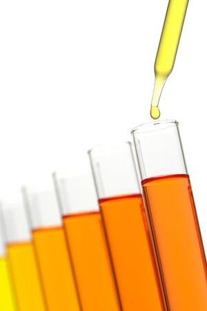 科学研究室で実験用テスト チューブに液体の滴とピペットします。
