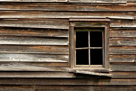 barnwood: Ventana rota en un viejo abandonado casa de madera Foto de archivo