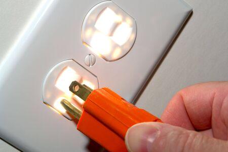 빛나는 북미 표준 110 볼트 전기 콘센트 콘센트에 전원 코드 플러그 삽입 손가락