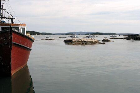 Magazzino su un dock e barche nel porto di pesca Maine Archivio Fotografico - 5657263