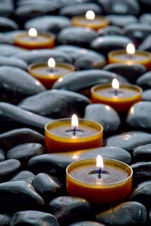 kerzen: Zen inspiriert Aromatherapie-Kerzen-Pfad auf einem Bett aus Steinen in einem Spa brennen Lizenzfreie Bilder