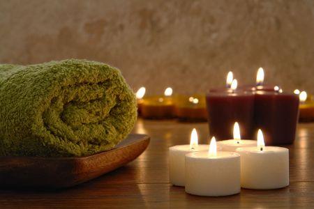 목욕 수건과 아로마 테라피 봉헌 촛불 스파에서 굽기