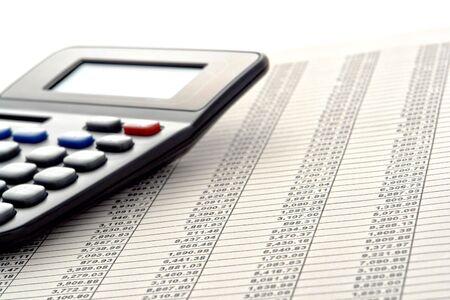 Financiële cijfers spreadsheet met rijen van getallen en calculator Stockfoto