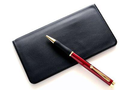 checkbook: Punto pen la bola sobre la cuenta bancaria de tesorer�a y registrar dentro de cubierta protectora  Foto de archivo