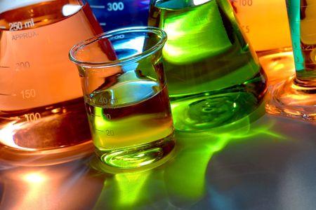 Conische kolven van verschillende soorten glas en beker glas gevuld met vloei stof voor een experiment in een wetenschappelijke onderzoek lab Stockfoto - 6446869
