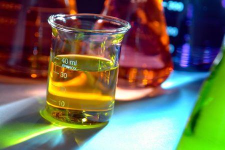 material de vidrio: Vaso de vidrio lleno de l�quido para un experimento en un laboratorio de investigaci�n de ciencia