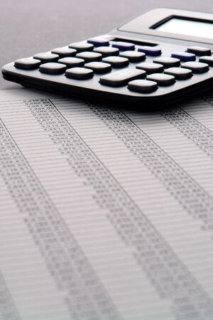 Reken machine op financiële spreadsheet met kolommen met getallen