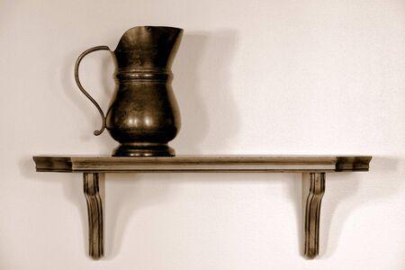 wood shelf: Antiguo antiguo lanzador de peltre servir en un estante de madera en una casa hist�rica  Foto de archivo