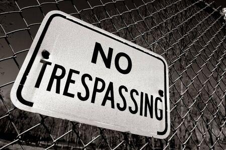 prohibido el paso: No publicado ning�n signo de advertencia de allanamiento en la valla de alambre de v�nculo de cadena