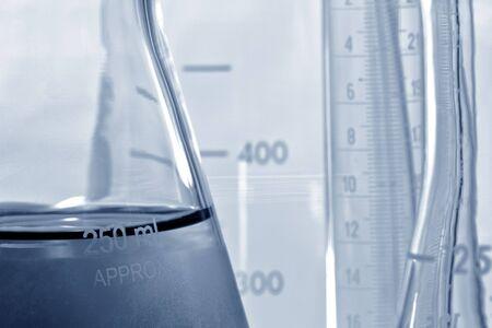 Glass-Erlenmeyerkolben in einem Wissenschaft-Forschung-Labor Standard-Bild - 6870445
