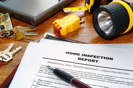 Real estate home inspection report of resale residential property condition with professional housing engineering inspector testing tools and house keys (fictitious but realistic document) Stockfoto
