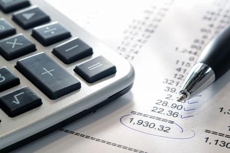 会計予算財務調整用丸チェック番号と合計金融口座の明細書に電卓とインクのペン 写真素材