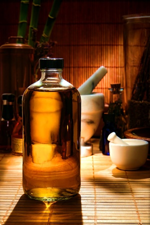 illicit: Moderna bottiglia medica riempita con una sostanza sospetta ambra liquida in una farmacia di ispirazione orientale in stile antico e tradizionale a base di erbe negozio di commercio rimedio (girato in studio)