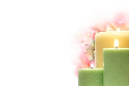 kerzen: Votiv-Kerzen mit einem weichen Gl�hen Flamme vor einem pastellfarbenen Blumenstrau� in wei� Lizenzfreie Bilder