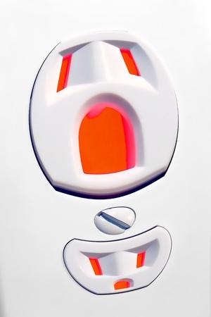 riek: Noord-Amerikaanse standaard elektrische stopcontact als een vervormde schreeuwen gezicht in een metafoor voor elektrische honger en energieverspilling