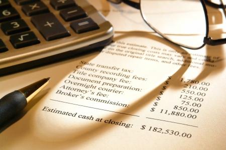 Casa de bienes raíces del vendedor estimación declaración hoja de beneficio neto proyectado al momento del cierre con los costos de gastos detallados y cantidades de dinero para una casa de venta en efectivo Foto de archivo - 10212733
