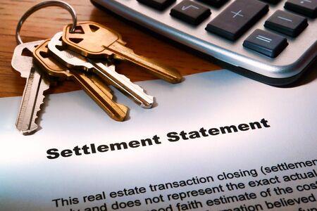dichiarazione: Foglio di lavoro immobiliare casa venditore insediamento istruzione agente immobiliare di vendita casa stimato utile netto a chiusura con il calcolatore e le chiavi di casa Archivio Fotografico