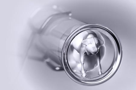 in vitro: Animal de granja de ternero en miniatura juguete dentro de un tubo de ensayo de laboratorio de investigación de ciencia llena de solución espesa como una metáfora de un experimento científico con carne genéticamente