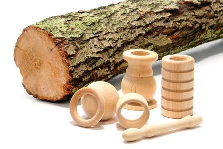 Artisan schrijnwerker klaar draaide houten delen en snijden van boom log als illustratie van een door de mens veroorzaakte eindproduct gemaakt van natuurlijke grondstoffen over Wit Stockfoto