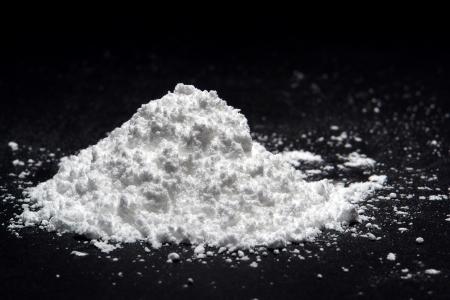 polvos: Mont�culo de sustancia de polvo blanco sobre negro (es la confecci�n de az�car!)