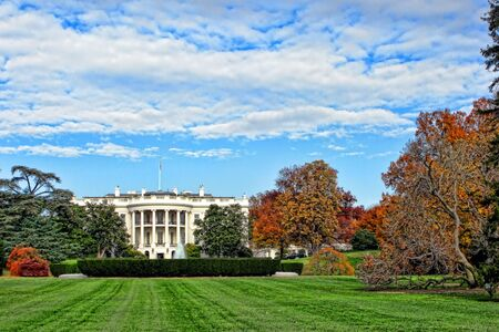 The White House south facade and lawn in Washington DC 版權商用圖片