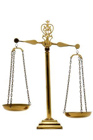 balanza en equilibrio: La escala de antigüedades de latón equilibrio en el pedestal con las cacerolas vacías aislado más de blanco