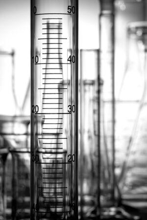material de vidrio: Cilindro graduado de científicos y de laboratorio preparado para un experimento de vidrio en un laboratorio de investigación en ciencias