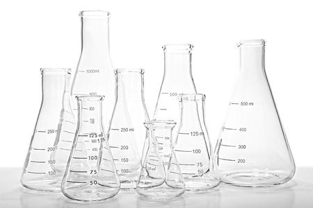 material de vidrio: Matraces Erlenmeyer de vidrio vacío y listo para un experimento en un laboratorio de investigación en ciencias