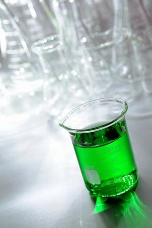 beaker: Vaso de precipitados graduado lleno de líquido para un experimento en un laboratorio de investigación de Ciencias