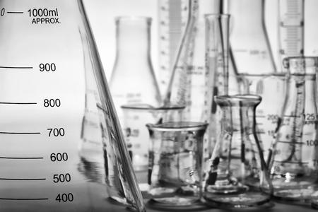 Erlenmeyer en laboratoriumglaswerk klaar voor een experiment in een wetenschappelijk onderzoek lab Stockfoto