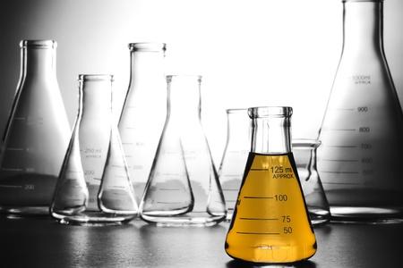 experimento: Erlenmeyer de vidrio lleno de l�quido para un experimento en un laboratorio de investigaci�n en ciencias Foto de archivo