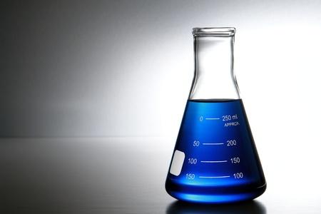 material de vidrio: Erlenmeyer cónico de vidrio de laboratorio lleno de líquido químico azul para un experimento de química en un laboratorio de investigación de Ciencias