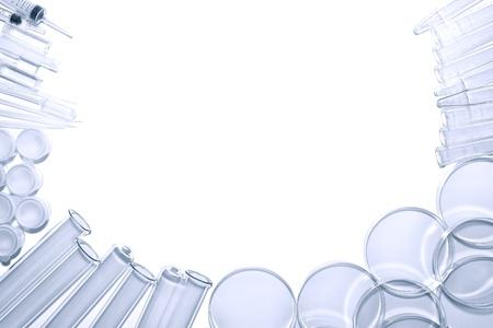 Chemie laboratorium apparatuur achtergrond van reageerbuizen en Petri gerechten met spuiten en diverse experiment glaswerk in een wetenschappelijk onderzoekslaboratorium Stockfoto