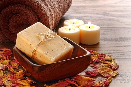 kerzen: Nat�rliche Handwerker gemacht Marseille Art Aromatherapie und K�rperpflege Bad Seife in einem Holz Sch�ssel mit Handtuch und brennenden Kerzen f�r ein Verw�hn-Reinigung in einer Sitzung entspannung Lizenzfreie Bilder