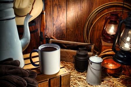 carreta madera: Viejo oeste americano esmalte taza de caf� y la olla de la vendimia con los suministros tradicionales herramientas de trabajo de vaquero y la ganader�a en un antiguo vag�n de Western Ranch mandril