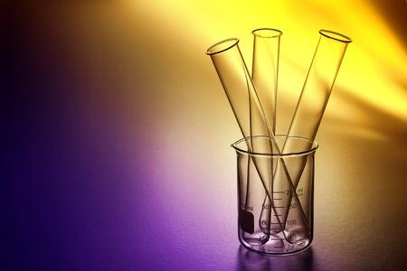 Laboratorium reageerbuizen in een lege duidelijke maatbeker klaar voor een wetenschappelijk experiment in een wetenschappelijk onderzoek lab