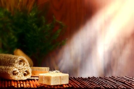 artisanale: Natuurlijke artisanale Marseille stijl aromatherapie en lichaamsverzorging bad zeep bar verbonden met organische raffia touw op bamboe mat voor een ontspannen reiniging en hygiëne bad sessie in een ontspanning en wellness homeopathie spa
