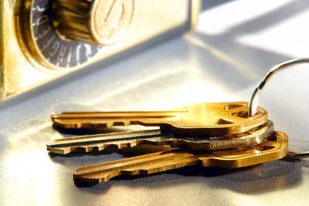 makelaardij: Set van huissleutels op een ring en vastgoed makelaardij makelaar-agent combinatie veiligheidsslot box op glanzende reflecterende oppervlak