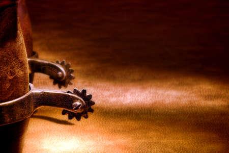 rodeo americano: El viejo Oeste americano del rodeo de vaqueros con botas de cuero tradicionales aut�nticas estribaciones occidentales de montar en la superficie de cuero marr�n de edad Foto de archivo