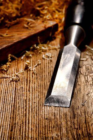 cincel: Usado y desgastado herramienta de carpintero cincel de madera con virutas sueltas de edad resistido mesa de trabajo angustiados tabla de madera en un taller de carpinter�a de madera de �poca