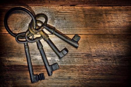 oxidado: Antiguos y oxidados castillo medieval llaves de la puerta del esqueleto con anillo de metal oxidado de edad en el antiguo granero resistido tablones de madera a bordo Foto de archivo