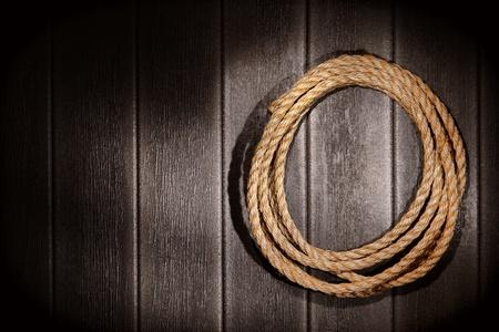 ranching: American West Rodeo natural de las fibras de c��amo cuerda ganadero para la ganader�a y dirigir cuerda en el granero de �poca grunge de fondo de pared de madera