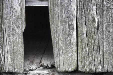 barnwood: Antiguo y degradado muro gris granero con agujero vac�o de cart�n barnwood roto y falta mostrando piso de edad en una casa de campo, granja hist�rica Foto de archivo