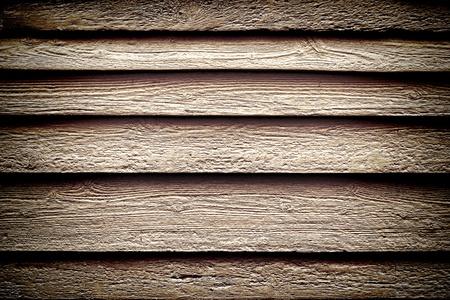 barnwood: Old degradado y el revestimiento de madera de granero de la tablilla en dificultades con la edad tablones irregulares de madera sobre una pared de su casa como un edificio hist�rico en el fondo del grunge nost�lgico color sepia