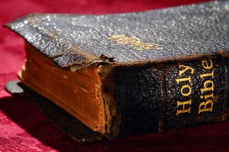 �glise: Vieux et ab�m� Sainte Bible or antique religion feuille de livre colonne vert�brale titre grav� avec couvercle fragile antique d�chir� sur le tissu rouge autel lors d'un service c�r�monie dans une �glise religion protestante