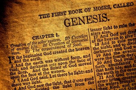 schöpfung: Alte antike Bibel christliche Religion Buch auf der ersten Seite des Moses original Kapitel der Genesis und Text über Gott die Schöpfung des Himmels und der Herd in der religiösen Alten Testament geöffnet