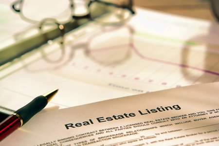 Real estate notering contract op een makelaar-agent marketing presentatie bindmiddel Stockfoto