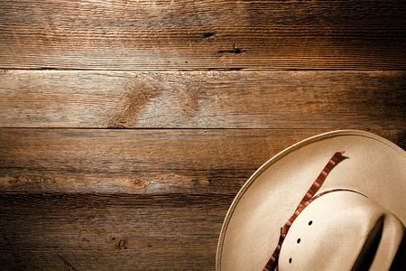 아메리: 오래 되 고 세 서부 술집 바닥 나무 판자 배경에 미국 서부 정통 흰색 밀짚 카우보이 모자