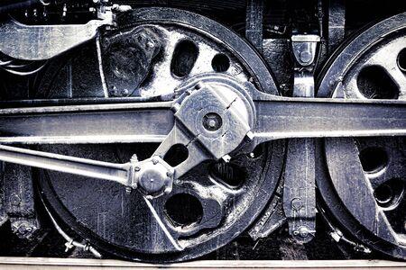 locomotora: Locomotora de vapor Vintage conducir conjunto de rueda y las barras de cambios en antigua zona industrial del grunge